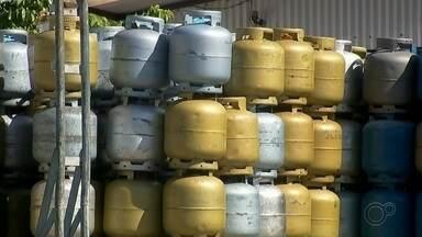 Moradores fazem fila em revendedora de gás para conseguir o produto em Jales - Moradores fazem fila em revendedora de gás para conseguir o produto em Jales.