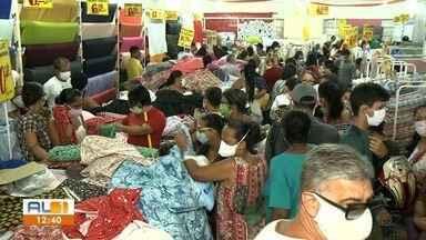 Lojas autorizadas pelo novo decreto de Alagoas reabrem, mas registram aglomeração - Mesmo no feriado o movimento foi grande em lojas que puderam abrir.