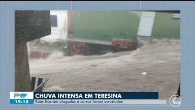 Homem anda de moto aquática em rua alagada de Teresina durante forte chuva - Homem anda de moto aquática em rua alagada de Teresina durante forte chuva