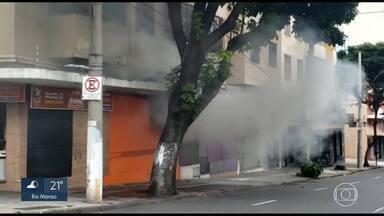 Incêndio atinge lanchonete no centro de Belo Horizonte - Um incêndio atingiu uma lanchonete na tarde desta terça-feira (21) na Avenida Bias Fortes, no centro de Belo Horizonte. O estabelecimento funciona em um prédio residencial. Ele teve que ser evacuado, segundo o corpo de bombeiros. Cerca de 90 foram obrigadas a sair por causa da fumaça. Ninguém se feriu.