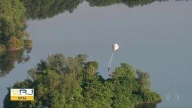 Balão cai na Barra da Tijuca depois de passar perto do Aeroporto de Jacarepaguá - O balão caiu numa ilha, atrás de um dos maiores shoppings da Zona Oeste.