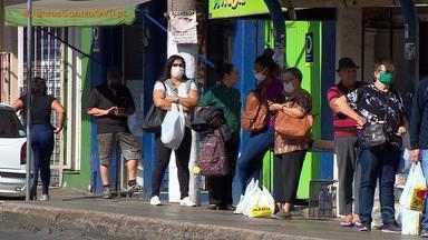 Passageiros do transporte público de Porto Alegre devem usar máscaras - Medida começa a valer a partir desta quinta-feira (23) e prevê aumento do núemro de passageiros no ônibus.
