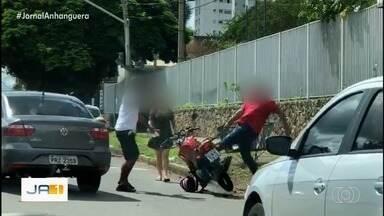 Briga de trânstio é flagrada em Goiânia - Discussão aconteceu no cruzamento da Avenida Anhanguera com a Quinta Avenida.