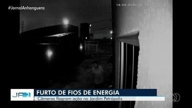 Câmeras flagram furto de fios de energia em Goiânia - A ação ocorreu no Jardim Petrópolis.