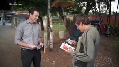Primos se reencontram após 25 anos graças a reportagem - No dia 2 de abril, o ambulante Eduardo apareceu no jornal local de São Paulo e foi reconhecido pelo primo, Raphael, que é médico. O Fantástico promoveu este reencontro.