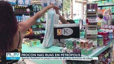 Agentes do Procon de Petrópolis, RJ, fiscalizam preços de estabelecimentos - Ação tem o intuito de evitar a cobrança de preços abusivos pelos produtos.