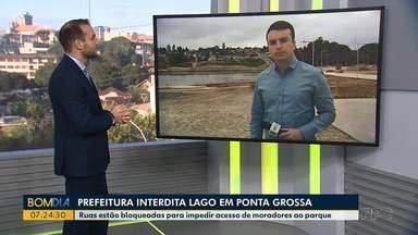 Prefeitura interdita lago em Ponta Grossa - Ruas estão bloqueadas para impedir acesso de moradores ao parque.