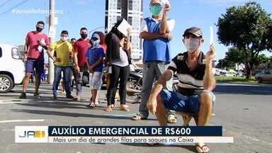 Aglomerações e filas formam-se diante de agências da Caixa em Goiânia - Vários beneficiários querem sacar seu Auxílio Emergencial de R$ 600.