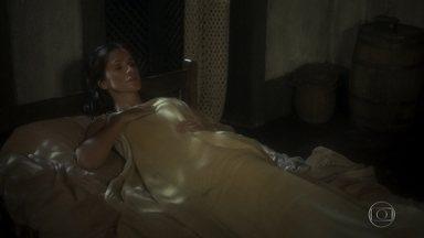 Elvira tenta seduzir Joaquim - Ela joga a chave do quarto fora, mas Joaquim se recusa a ficar com a mulher e se joga pela janela