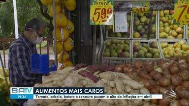 Produtos de cesta básica tem alta de até 46% no mês de abril, na Bahia - Tomate, cebola, batata e cenoura tiverem alta nos preços por causa da inflação.