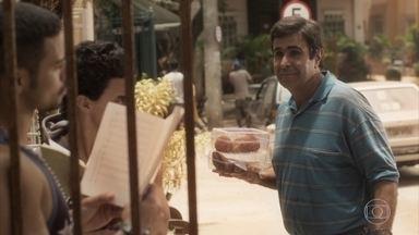 Hugo estranha a presença de Jacaré e Braço no bairro - Os bandidos fogem depois de Hugo falar com a policia