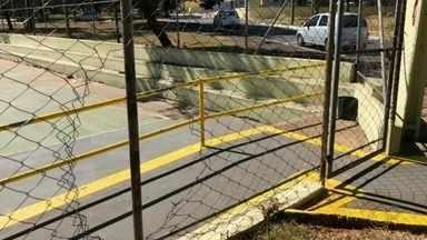 Vândalos desrespeitam quarentena e cortam cerca de quadra poliesportiva em Bauru - Uma quadra poliesportiva que está fechada por causa da quarentena foi arrombada neste fim de semana. E não é a primeira vez que isso acontece, segundo a prefeitura.