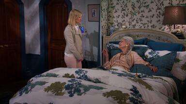 E a Festa de Revelação - Quando a avó de Caroline, Astrid, acorda do coma sem saber que a família está falida, Caroline tenta manter a verdade escondida por mais algum um tempo.