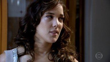 Patrícia ignora Antenor na universidade - A moça não corresponde aos olhares de Antenor, mas não consegue escapar das provocações das amigas