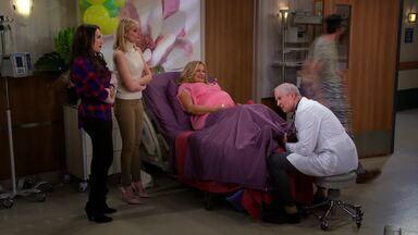 E as Duas Estreias - Parte 2 - Sophie entra em trabalho de parto antes da inauguração da confeitaria e exige que Max e Caroline estejam presentes no nascimento do bebê.