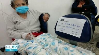 372 pessoas esperam por leitos no Rio de Janeiro em meio a pandemia do coronavírus - Alguns pacientes são colocados em cadeiras nas emergências da capital.