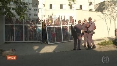 PM faz operação para retirar sem-teto que invadiram conjunto habitacional em SP - O grupo resistiu. Para garantir a desocupação, em um condomínio residencial na Zona Leste, os policiais usaram bombas de gás lacrimogênio.