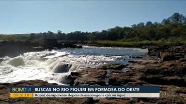 Rapaz de 22 anos que estava no Rio Piquiri segue desaparecido - As buscas devem ser retomadas hoje. A polícia disse que ele teria entrado no rio para salvar o cachorro dele.