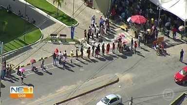 Agências da Caixa abrem mais cedo e prefeituras ajudam a organizar filas extensas - Apesar das tentativas, alguns pontos tiveram registro de aglomeração.