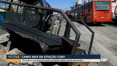 Carro bate em estação-tubo - Os ônibus que passam pela canaleta estão sendo desviados.