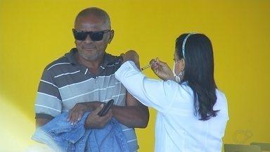 Secretaria de Saúde monta posto de vacinação contra a gripe às margens da BR-153 - A campanha de vacinação contra a gripe continua em todo país. Em Rio Preto (SP), a Secretaria de Saúde montou um posto móvel às margens da BR-153 pra vacinar caminhoneiros.