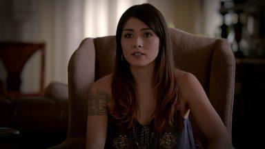 Pecadores e Santos - Irritado com os recentes acontecimentos envolvendo a segurança de seu bebê, Klaus exige respostas de Sophie, que revela a ele e Rebekah um segredo perturbador do passado dela.