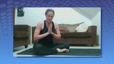Instrutora de Yoga dá dicas de como se movimentar em casa - Confira o vídeo gravado por Érika Artibano.