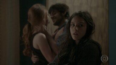 Jonatas aparece para comemorar com Eliza e Jojô sente ciúme - Eliza e Jojô inventam histórias de terror. As meninas se divertem e assustam Aparecida
