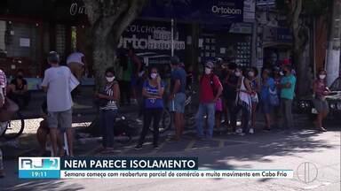 Comerciantes desrespeitam decreto em Cabo Frio, RJ, e abrem as lojas - Esta segunda-feira (4) foi o primeiro dia do novo decreto na cidade, em que permitia a abertura de alguns estabelecimentos.