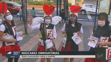 Grupo de teatro conscientiza sobre a obrigatoriedade do uso de máscaras em Araraquara - Além de panfletos informativos, os itens de proteção foram distribuídos para a população.