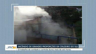 Incêndio de grandes proporções destrói comércio em Cruzeiro do Sul - Incêndio de grandes proporções destrói comércio em Cruzeiro do Sul