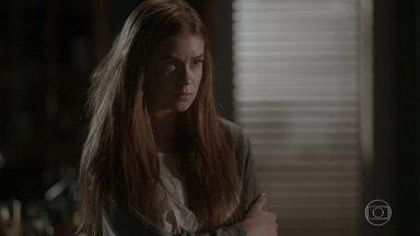 Eliza chama Arthur de 'tarado' - A menina tem insônia e interpreta mal ao perceber que o empresário a observa durante a noite. Jojô acorda e Arthur é obrigado a se defender das acusações. Eliza conta história para Jojô dormir