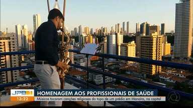 Músicos fazem homenagem aos profissionais de saúde - Artistas tocaram músicas religiosas em prédio de João Pessoa.