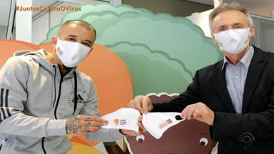 D'Alessandro doa 800 máscaras personalizadas para o Instituto do Câncer Infantil - Ele é embaixador da instituição.