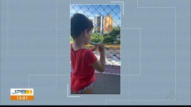 Telespectador faz 'live' tocando flauta - Davi, de 4 anos, fez vídeo brincando da janela de casa.