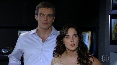 Antenor e Patrícia brigam por causa da gravidez - Crô revela a René que deu calmante a Tereza Cristina. O mordomo chama Patrícia de ingrata. Antenor afirma que não quer saber de Patrícia e do filho