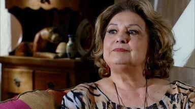 Íris planeja arrancar todo o dinheiro de Griselda - Alice avisa que a amiga tem que tomar cuidado e diz que Griselda parece ser esperta
