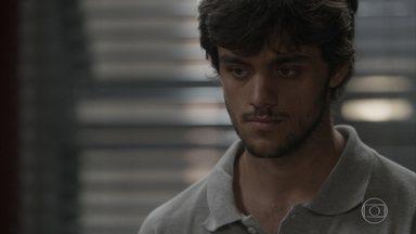 Fabinho pede para Jonatas dispensar Leila - O filho de Germano diz para o ex-morador de rua inventar uma desculpa quando Leila pedir para ir à comunidade novamente