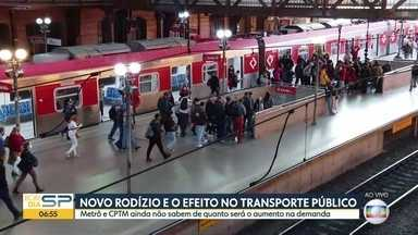 O efeito do novo rodízio no transporte público da capital - Metrô e CPTM ainda não sabem de quanto será o aumento na demanda. SPTrans coloca mil ônibus a mais em circulação para evitar superlotação.