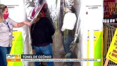 """Câmara Legislativa quer instalar túnel de ozônio para descontaminação - Para deputado Robério Negreiros, """"cabe aos gestores buscar alternativas para o retorno às atividades"""". Mas a presidente da Sociedade Brasileira de Ozonioterapia Médica afirma que o equipamento não é eficaz."""