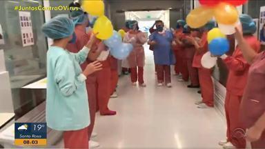 Paciente se recupera do coronavírus e pede para tocar o hino do Grêmio na alta do hospital - Assista ao vídeo.