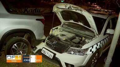 Suspeitos de roubar carro são presos após perseguição em Samambaia - A perseguição terminou quando os suspeitos bateram num poste. Com eles, a PM também apreendeu uma arma falsa e quatro celulares roubados.