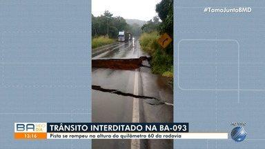 Cratera oferece riscos aos motoristas que passam pela BA-093, entre Pojuca e Entre Rios - O trânsito deve ser totalmente interditado no trecho, de acordo com a Polícia Rodoviária Estadual.