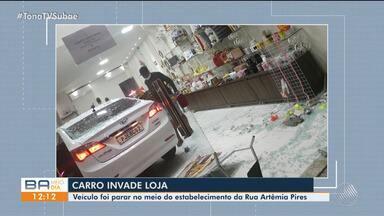 Carro invade loja de decoração na manhã desta terça-feira, em Feira de Santana - Confira.