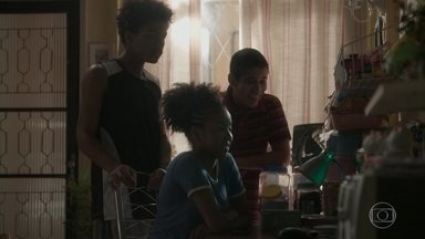 Jeniffer mostra para a família o vídeo de Jonatas na festa - O rapaz acha que tem alguma coisa estranha