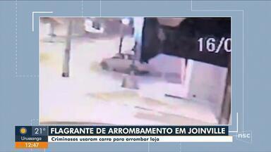 Dupla arromba porta de loja com carro em marcha ré em Joinville - Dupla arromba porta de loja com carro em marcha ré em Joinville