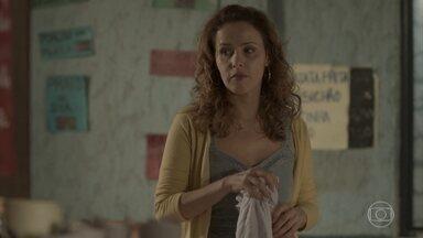Dayse e Gilda se preocupam com a situação de Eliza - A menina teme que a irmã não consiga levá-las para o Rio de Janeiro