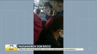 ônibus lotados desobedecem decreto da prefeitura - Flagrante de ônibus da linha 483, Ramos/Ipanema, lotado com pessoas em pé e ponto sem fiscalização