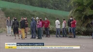 Portuários demitidos fazem manifestação em frente a terminal em Santos - Eles dizem que foram demitidos e não receberam os salários e benefícios que tem direito.