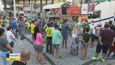 Pessoas foram às ruas pedir a flexibilização das atividades comerciais durante a pandemia - Carreata percorreu a avenida da praia desde o teleférico de São Vicente até a Ponta da Praia, em Santos.
